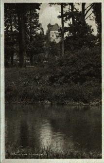 Otmuchów : fragment parku nad rzeka, w głębi zamek