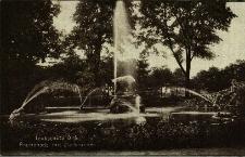 Głubczyce : park z pomnikiem i fontannami