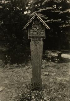 Cieplice : drewniana rzeźba nagrobna [śp.Wiktora Kranczocha] - Matka Boska z dzieciątkiem