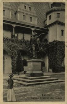 Brzeg : pomnik króla pruskiego Fryderyka II Wielkiego przed głównym frontem ratusza