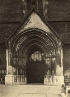 Głubczyce : brama do kościoła pw. Narodzenia Najświętszej Marii Panny