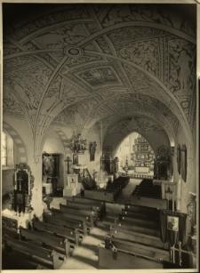 Gryfów Śląski : wnętrze kościoła ; sklepienie nawy głównej, w głębi ołtarz
