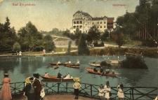 """Głuchołazy : widok na sanatorium """"Waldfrieden"""" i wypoczywających mieszkańców"""