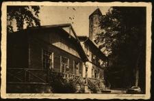 """Głuchołazy : Schronisko """"Holzebergbaude"""" z wieżą widokową w tle na Górze Drzewnej"""