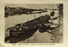 Opole - Barki na Odrze, w głębi most zniszczony przez Niemców