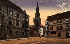 Opole : centralnie ratusz, po bokach narożne domy mieszkalne, widok od kościoła Franciszkanów