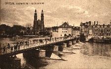 Opole : Most Stulecia od strony Ostrówka m.in. z katedrą i z zabudową po obu stronach