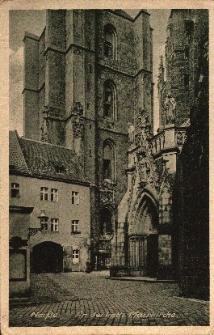 Nysa : wejście do kościoła pw. św. Jakuba St. Apostoła i św. Agnieszki oraz dzwonnica