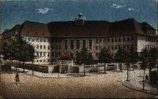 Brzeg : budynek Liceum Miejskiego - widok ze skrzyżowania ulic Jana Pawła II i Armii Krajowej