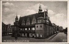 Brzeg : widok na fronton ratusza oraz pomnik króla pruskiego Fryderyka II