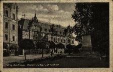 Brzeg : fragment ulicy Piastowskiej z neorenesansowym budynkiem dawnego Królewskiego Urzędu Pocztowego (1886r.), pomnikiem Otto Bismarka